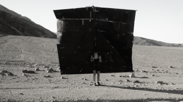 """""""tão quente que era que pouco mais era morte [It was so hot that a bit more was death]"""" (parte do 11º trabalho da série """"os 12 trabalhos"""" )   2015   vídeo   22:01  audio, Local: Death Valley/CA – EUA, Temperatura do dia: 50 º, Umidade: 6%"""